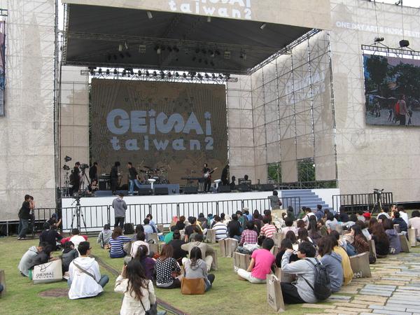 主舞台席地而座的聽眾們 1