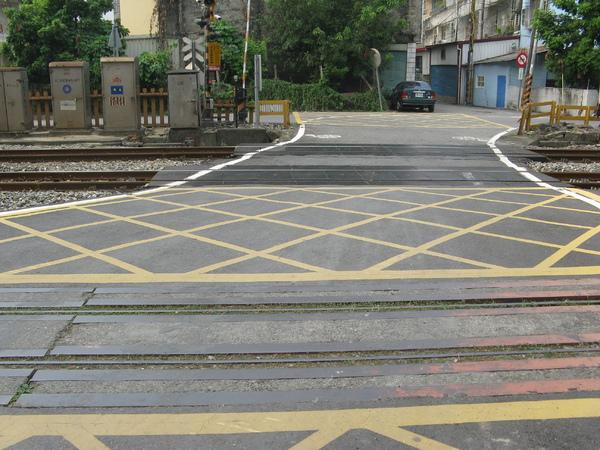 平交道仍然保有糖鐵鐵軌一軌