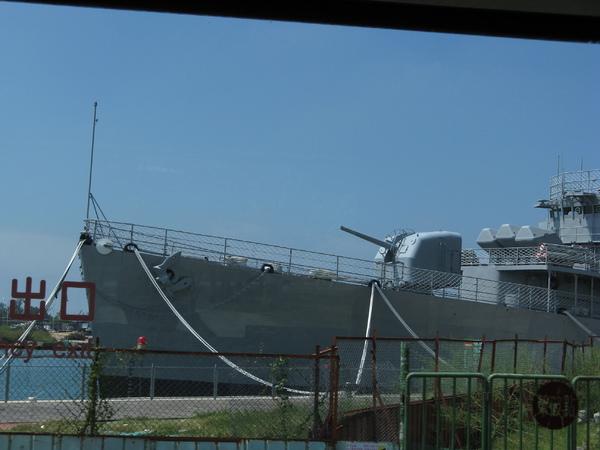 路上看到一條船!