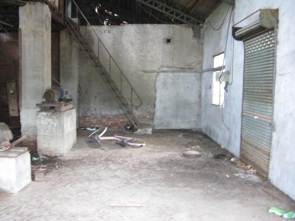從窗戶看已坍塌的德興碾米廠內