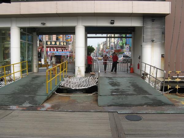 輪渡站下客處和船的接頭