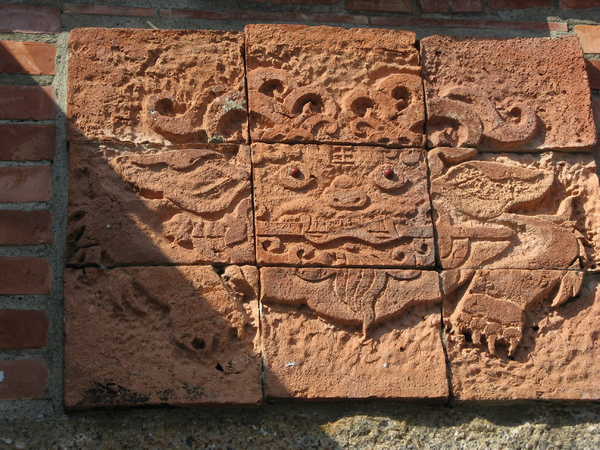 店門口的磚上嵌了很特別的圖案 2