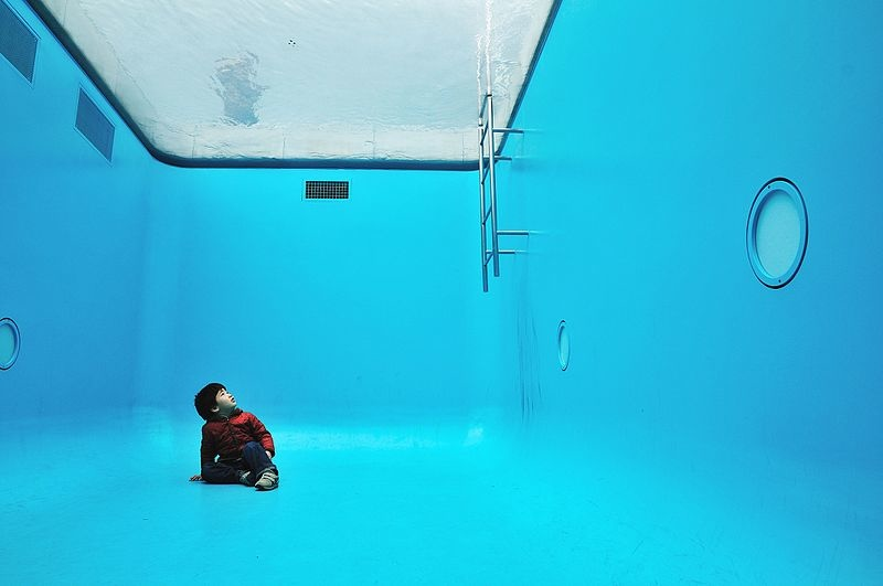 Inside_the_Swimming_Pool,_21st_Century_Museum_of_Contemporary_Art.jpg