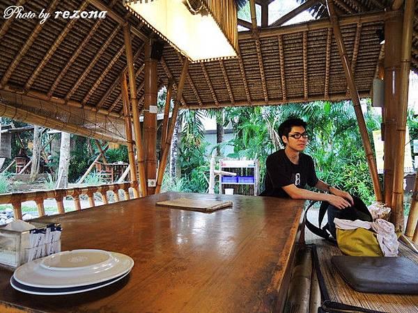 2人坐那麼大的桌子~