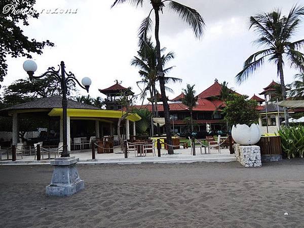 飯店後面就是沙灘