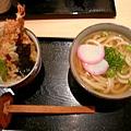 日本的第一餐 烏龍+炸蝦井飯 1000日元有找
