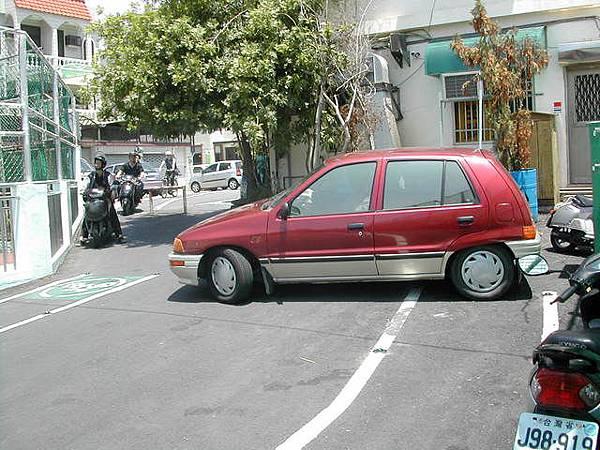 很難想像180公分的人..開小車吧!!