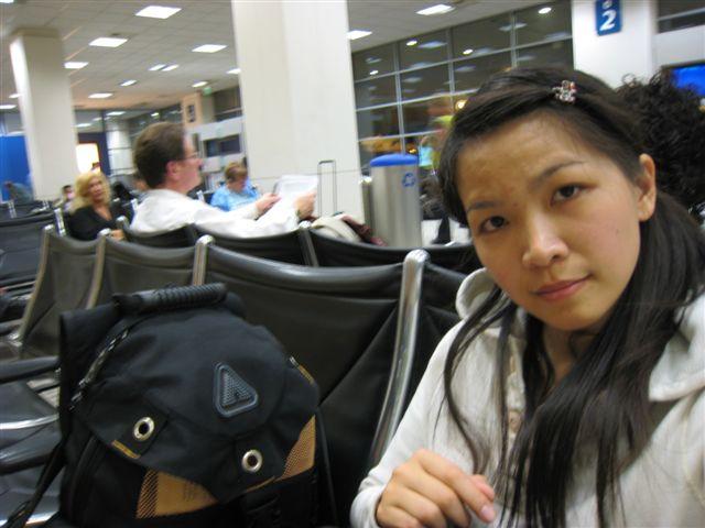 一個人在機場默默等待