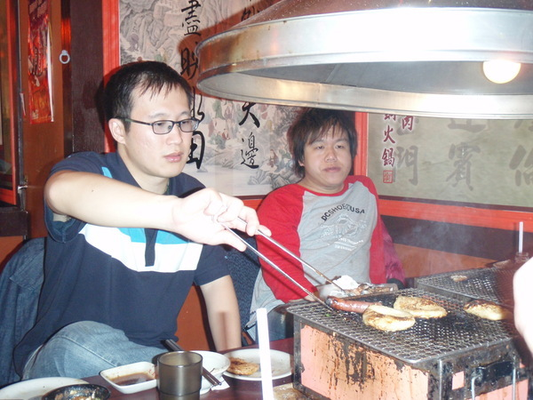 認真烤肉的男人們