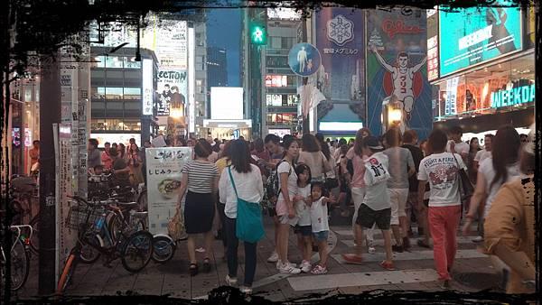 迷失日本熱鬧街口的照片1
