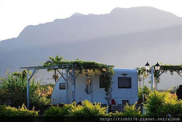 都蘭山下的RV露營車~顯得清新而優雅