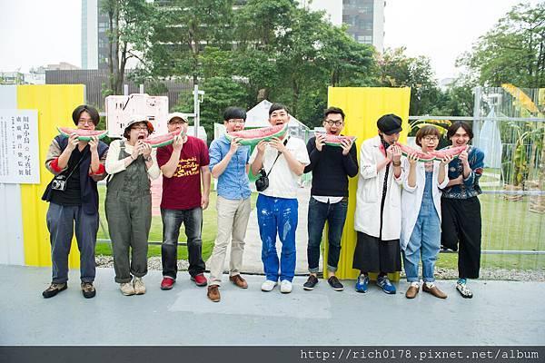 明星展開幕首日 川島小鳥先生與台日藝術家好友們 一起吃西瓜記念
