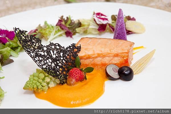 茉香煙燻油封鮭魚搭金泥蒜汁4