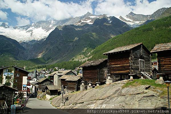 DSC08031(右後方是瑞士境內最高的山).JPG