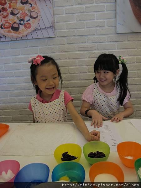 可愛妹妹做蛋糕-2