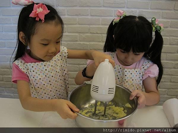 可愛妹妹做蛋糕-3