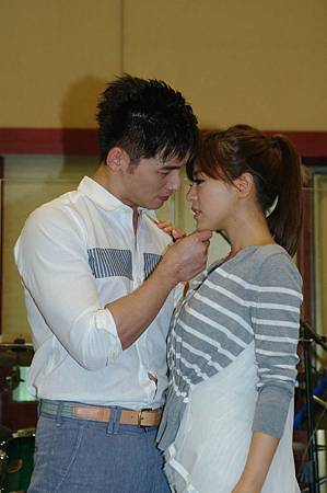 丁噹溫昇豪示範偶像劇借位接吻
