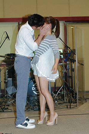丁噹溫昇豪示範借位接吻2
