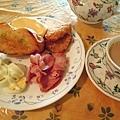 蒜香法國麵包+薯餅+烤培根+白煮蛋