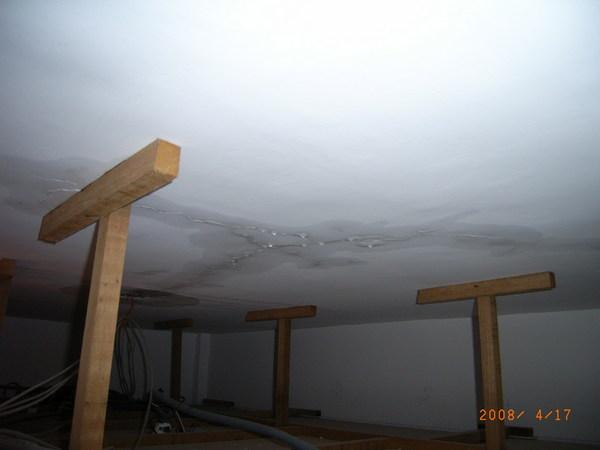 從維修孔發現樓板裂縫在滲水