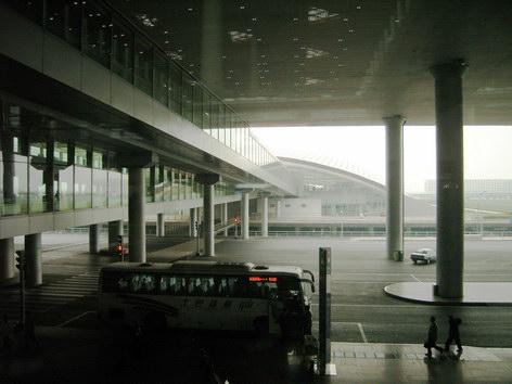 前往機場快軌的通道