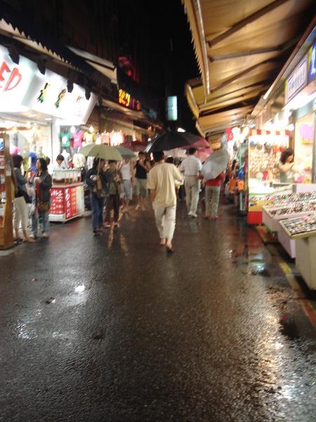 下雨天的羅東夜市