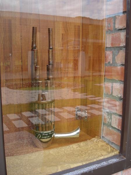 每間民宿外頭都放置了一個傳統樂器