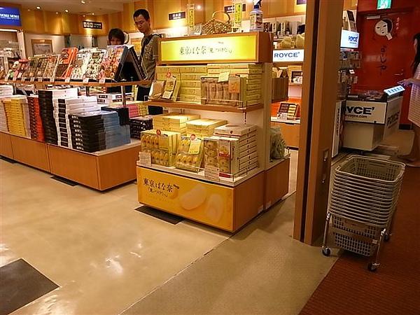東京機場的伴手禮櫃.JPG