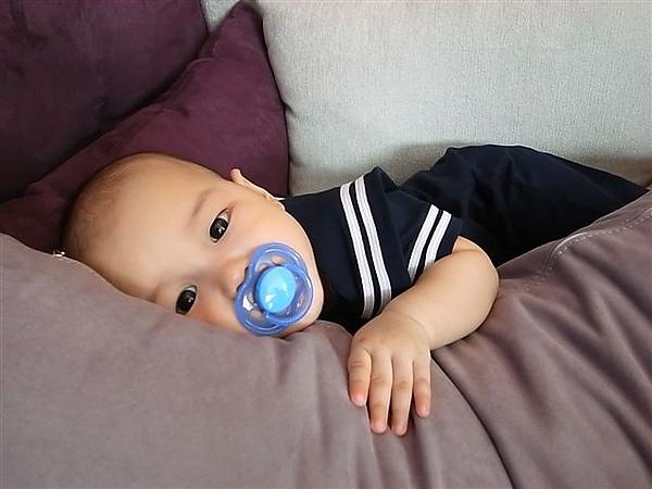 [7M]趴在抱枕上好舒服.JPG