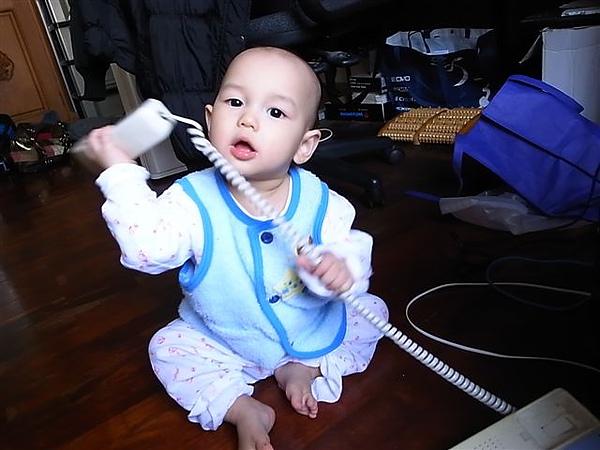 [12M]拿電話.JPG