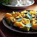 烤南瓜,鼠尾草和松子