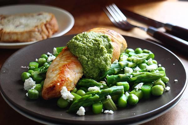 金燦雞胸肉配薄荷醬與春日蔬菜