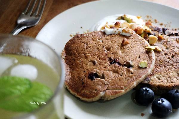 果泥煎餅:漿果、香蕉、優格與堅果