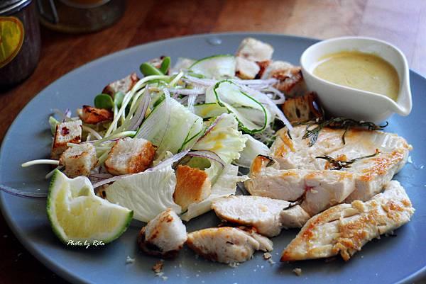 健康有勁的凱薩沙拉,香噴噴的蔬蔡與麵包丁
