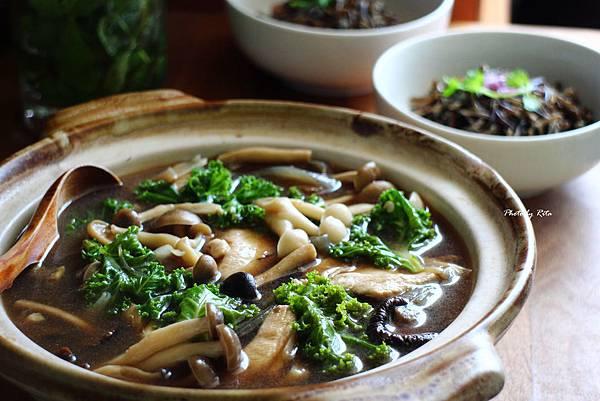 雞肉蕈菇味噌湯與野生稻米飯