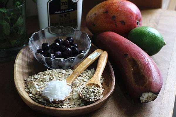 香烘燕麥片佐芒果、藍莓與優格