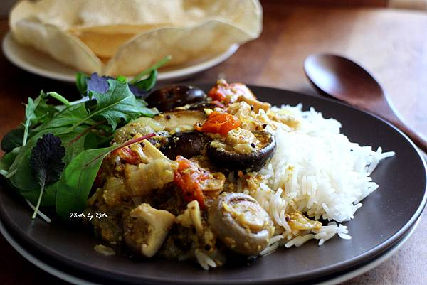 蘑菇咖哩配印度香米與帕帕當薄餅
