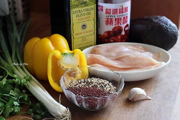 金色雞肉串燒佐黃甜椒醬與黑藜麥