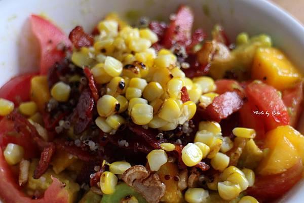 烤玉米藜麥沙拉:芒果.番茄.香草與酪梨