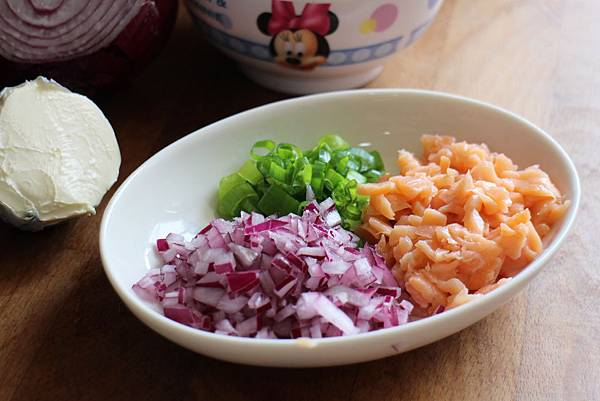 燻鮭魚、奶油乳酪與紅洋蔥瑪德蓮