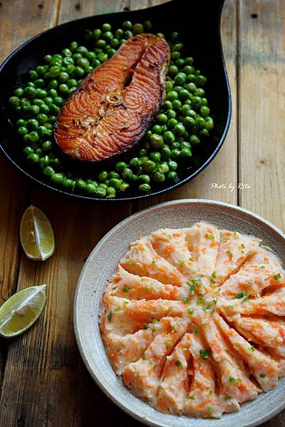 金色鮭魚排配豌豆與蔬菜泥