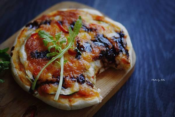 隨意小披薩佐芝麻葉與生火腿