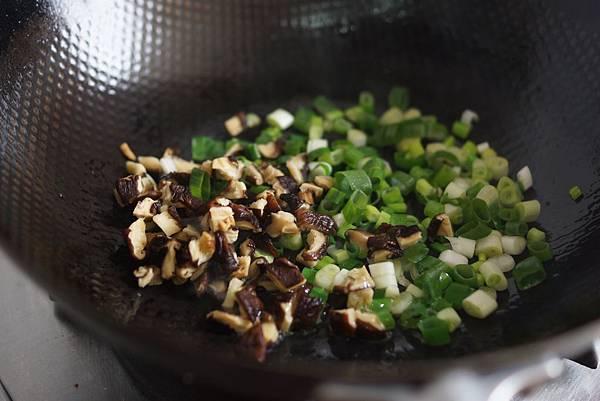 綠油油的燜菜飯