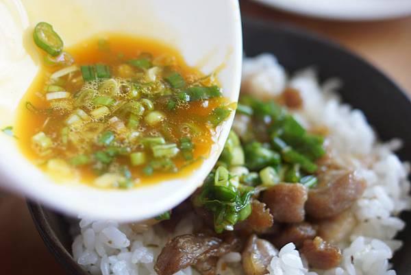 鹹豬肉蔥花生蛋黃蓋飯