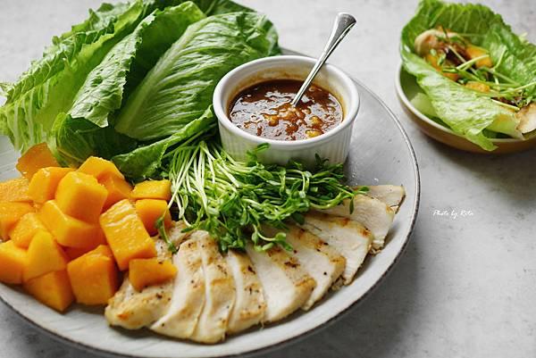 萵苣裹烤雞肉蘸海鮮醬
