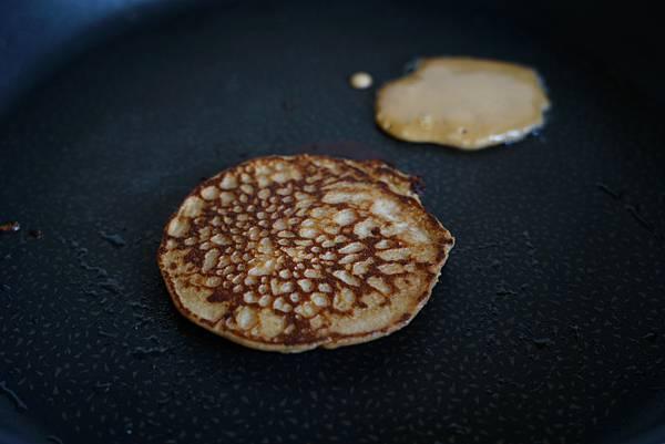 花生醬與覆盆子奇亞籽果醬鬆餅