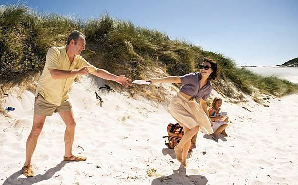 尼恩康尼翰與《黑書》荷蘭影后卡莉絲凡荷登在《黑蝶漫舞》飾演兩位文壇巨擘,濃情蜜意的兩人有時上演「來追我啊」的天真愛情戲竟跟一般小情侶沒兩樣.jpg