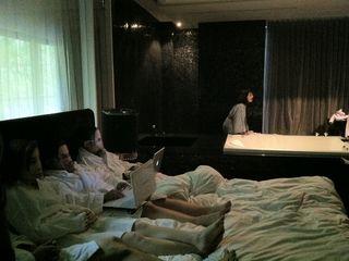 河床劇團,開房間,八方美學