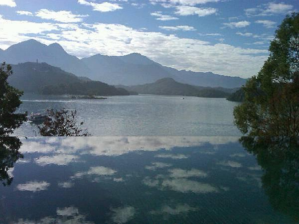 泳池與湖景