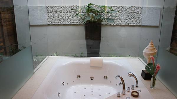 大型按摩浴缸